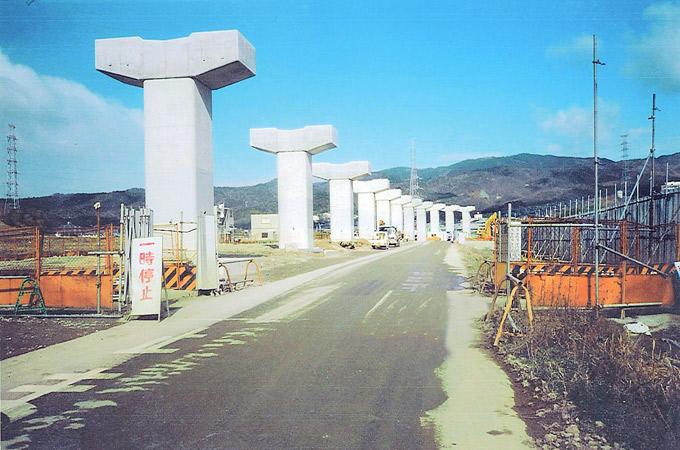 国際文化公園都市モノレール支柱建設工事(粟生間谷東)